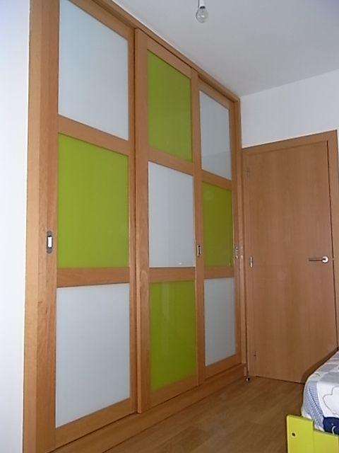 Armario empotrado con puertas correderas perfiles de for Plafones de techo y pared