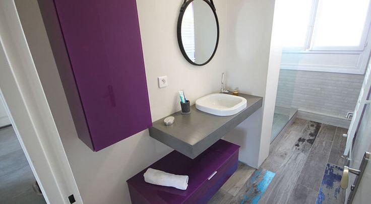 Un meuble de salle de bain de faible profondeur et en décalé pour cette salles de bain disposées en couloir.