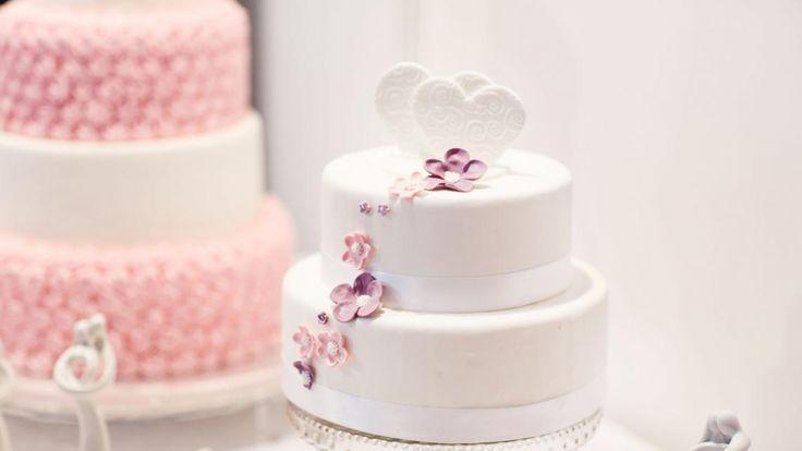 Wann schneidet ihr eure Hochzeitstorte an? Hier verraten wir euch Tipps und zu welchem Zeitpunkt ihr mit welcher Stückzahl rechnen könnt!