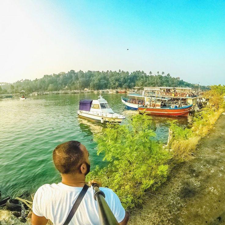 Sri Lanka é um país asiático que fica perto da baía de Bengala do oceano Índico e do estreito de Palk que o separa da Índia. O país atende todos os gostos existem várias praias montanhas plantações safaris e rotas incríveis para o trekking. .  É lá que pode se encontrar a praia de Mirissa no extremo sul do país. A praia é bem pequena vazia e menos conhecida e é possível ter um contato mais direto com nativos e aproveitar da natureza exuberante do local. .  Foto: @dushx Local: Mirissa - Sri…