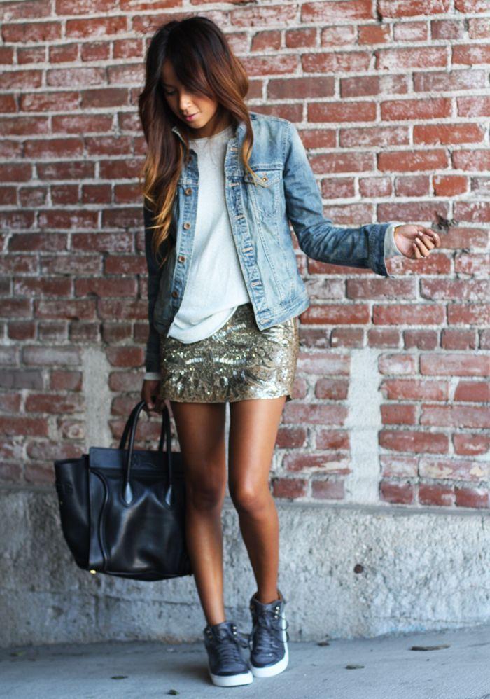 Den Look kaufen: https://lookastic.de/damenmode/wie-kombinieren/jeansjacke-langarmshirt-minirock-hohe-sneakers-shopper-tasche/6784 — Weißes Langarmshirt — Hellblaue Jeansjacke — Goldener bedruckter Paillette Minirock — Schwarze Shopper Tasche aus Leder — Dunkelgraue Hohe Sneakers