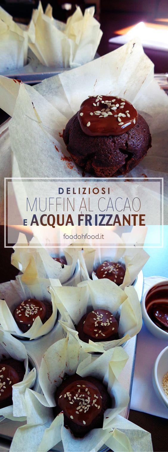 Muffin golosi all'acqua frizzante e cacao con il ganache al cioccolato.
