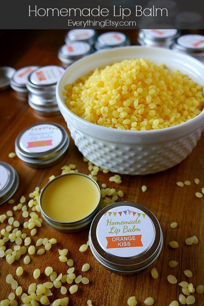 Homemade Lip Balm Recipe & Printable Labels {DIY Gift}...super easy! #DIY #beauty