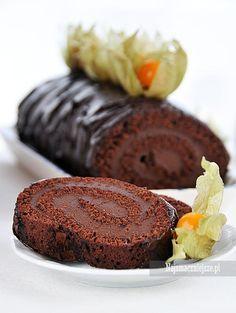 Idealna rolada czekoladowa z wyśmienitym kremem na bazie serka mascarpone i czekolady. Rolada czekoladowa jest delikatna w smaku, lekka i puszysta.