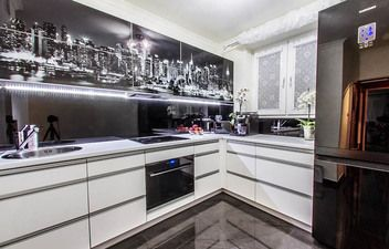 Czarne elementy nadają tej kuchni niepowtarzalny charakter.