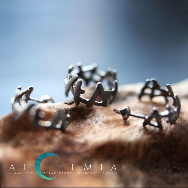 Кольцо и серьги «Хворост» из коллекции «Восток». Выполнены из серебра 925 пробы. Также возможно выполнение из золота 585 пробы.