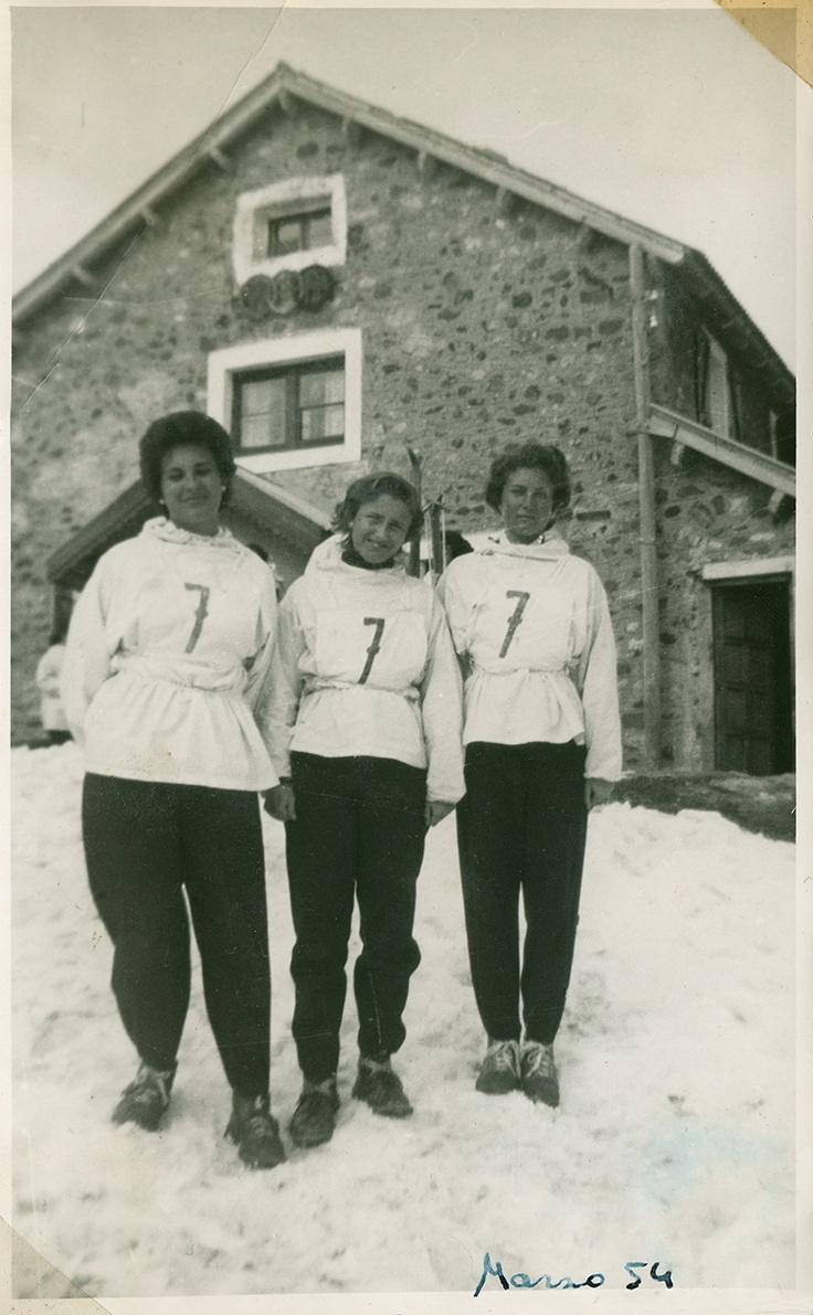 """057. Montañeros de Aragón (1929) y otras sociedades excursionistas importaron a España la afición por el montañismo, la travesía y el esquí, de Francia y Suiza. En 1930 se construyó el primer refugio para esquiadores en Candanchú, gracias a la iniciativa privada de un entusiasta grupo de socios. """"Las pistas de Chamonix o Interlaken no son mejores que las del Pirineo"""" decían los promotores de Candanchú """"Sus laderas destacan por su incomparable belleza y sus estupendas condiciones para el…"""