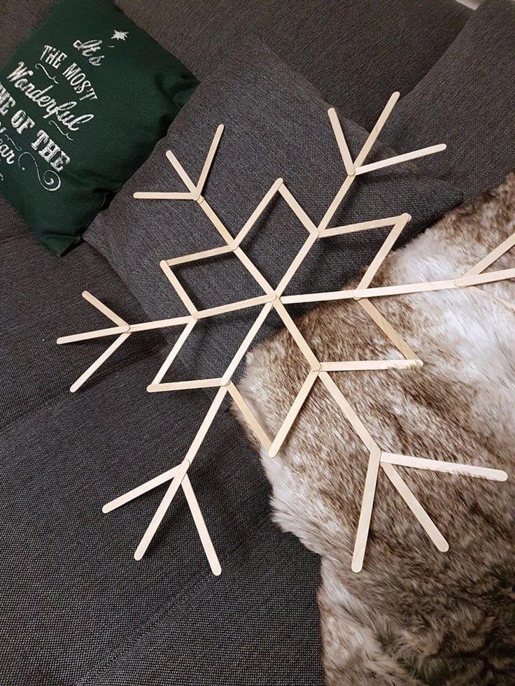 In diesem Artikel stellen wir dir eine tolle Anleitung für Schneeflocken aus Eisstielen vor, die auch perfekt zum Basteln mit Kindern geeignet ist. Schneeflocken basteln mit Eisstäbchen Wenn du Eisstiele bzw Holzstäbe zum basteln im Haus hast habe ich heute eine günstige do-it-yourself Bastelidee zum Selbermachen für dich. Diese riesigen selbstgebastelten Eisstiel-Schneeflocken sind die perfekte …