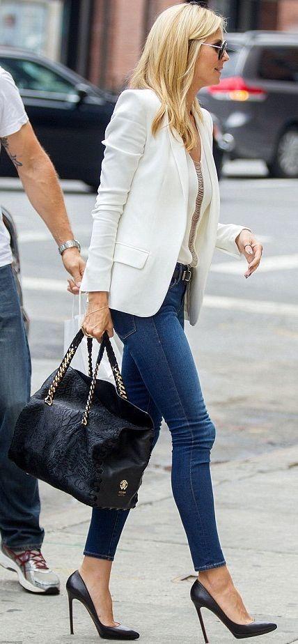 Street Style: baqueros azules y americana blanca... ¿Sí o Sí? Me encanta el look informal para el trabajo.