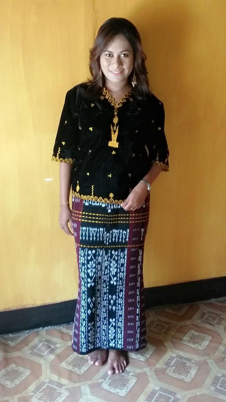 Pakaian adat Nagekeo-NTT.. Terdiri dari anting wea, baju Kodo dan rok dari kain tenun Nage