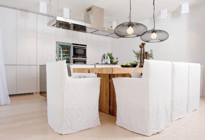 Hlavní obytné místnosti vévodí teakový stůl (Sempre) a křesílka od Paoly Navone značky Gervasoni. Podlahu kryje kartáčovaný voskovaný dub upravený bílým olejem. Kuchyňský ostrůvek je nerezový s deskou z bílého corianu a digestoří (celý komplet zn. Varena). Ostatní nábytek je navržen architektem Frankem a zhotoven na míru. Kuchyň je plnohodnotně vybavena dvěma chladničkami s mrazáky, horkovzdušnou i mikrovlnnou troubou, vinotékou, varnou deskou i myčkou značky Siemens