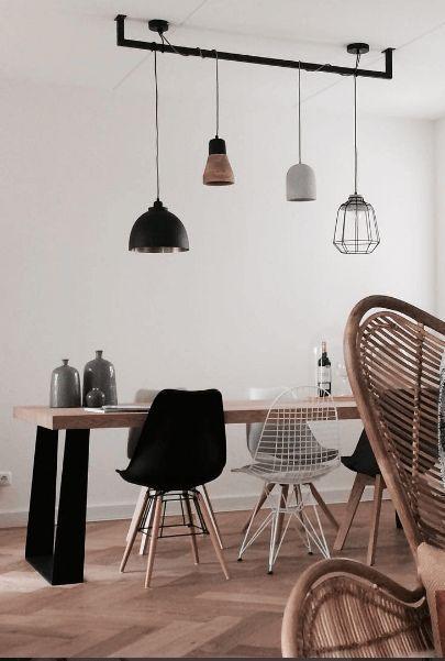 Speelse en stijlvolle verlichting voor boven de tafel. Hier zie je ook dat metalen stoelen leuk staan bij de stoelen die je al hebt!