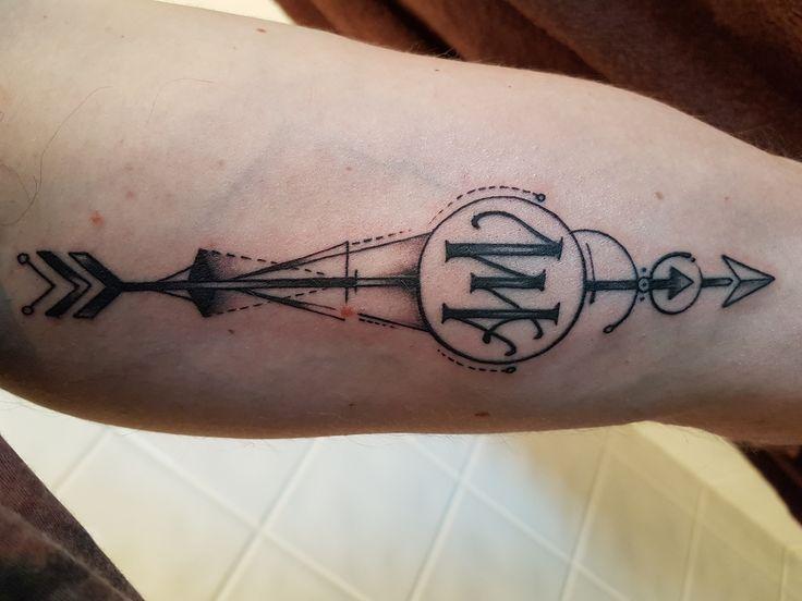 Tatouage Flèche géométrique avec lettrage A et M à l'intérieur du bras gauche ( Tattoo arrow geometric, lettering A and M ). Photo datant du jour du tatouage, réalisé chez Popink Tattoo Marseille France par Bastien. #tattoo #arrow #geometric #tatouage #fleche #geometrique
