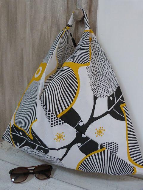 Le sac origami est un sac léger un peu fourre-tout, pratique en sac à main, idéal pour aller à la plage, indispensable pour faire son mar...