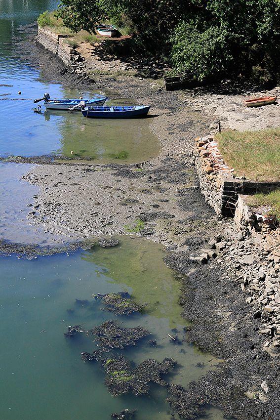La rivière du Bono vue depuis le vieux pont suspendu. Le village était autrefois…