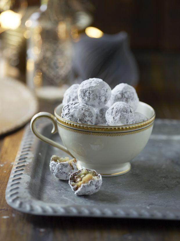 De klassiske snebolde hører sig til i den søde juletid – også selvom sneen ikke daler hvid. Her med orangesmag.