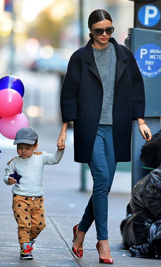 LE FASHION STYLE BLOG MIRANDA KERR HOT CHIC STYLISH MOM  FLYNN ORLANDO BLOOM OVERSIZED SUNGLASSES SKINNY JEANS DENIM VOLUME COAT GREY GRAY SWEATER MINIMAL RED TEXTURED SPOT POTTED PUMPS HEELS CARTIER BRACELET  4