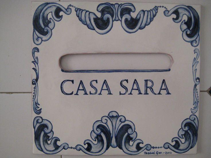 Este buzón es totalmente artesano. Realizado en placa de terracota modelada de 30x30cm con su ranura para cartas y esmaltado sobrecubierta con blanco antiguo, las letras y dibujos están  pincelados en azul cobalto y tinta.Muy mediterraneo!!.Puedes ver mas en www.isabelgan.es