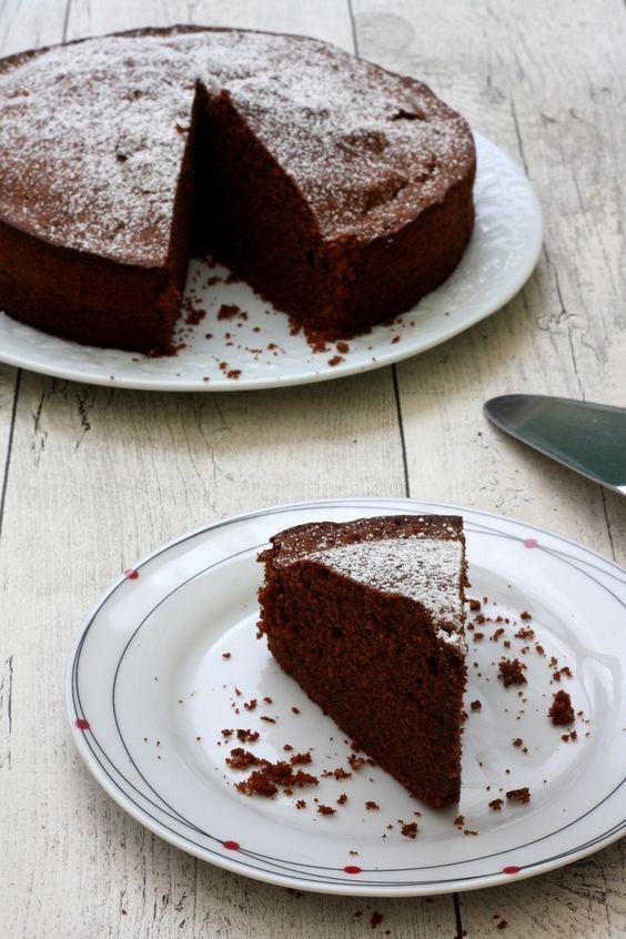 """Voici une recette de moelleux au chocolat, hyper moelleux et aérien ! J'ai testé plusieurs recettes de gâteaux dit moelleux mais souvent c'était un peu sec ou tout """"raplapla""""... mais j'ai enfin réussi à obtenir le résultat tant attendu, un gâteau bien..."""