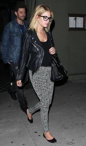 Ashley Benson 16 de Março de 2014  Mesmo sendo preta e branca, a calça estampada acendeu o look escuro da atriz. Repare que a peça é mais larguinha na parte de cima. Conforto é tudo!