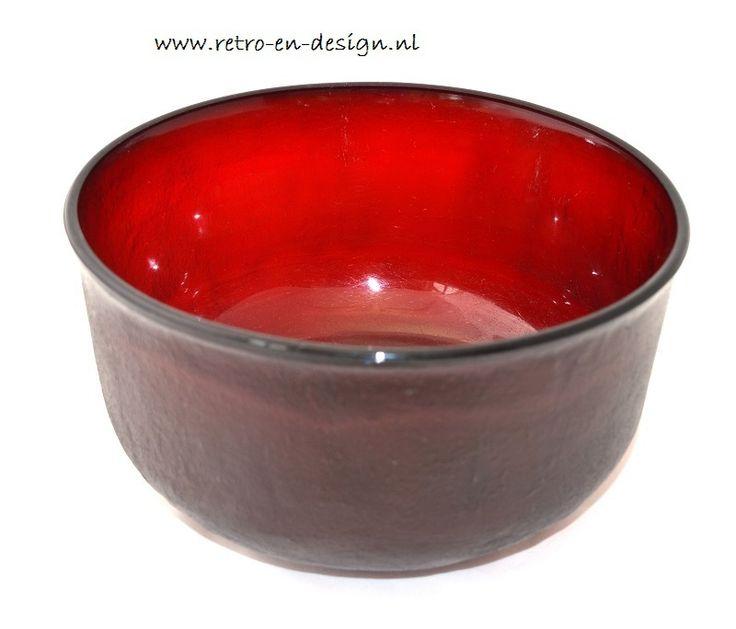 Grote schaal Arcoroc Sierra, rood.  Glas met structuur van ruw aardewerk.  Grootte : 12 x 22 cm zie: http://www.retro-en-design.nl/a-40716074/arcoroc-sierra/grote-schaal-arcoroc-sierra-rood/