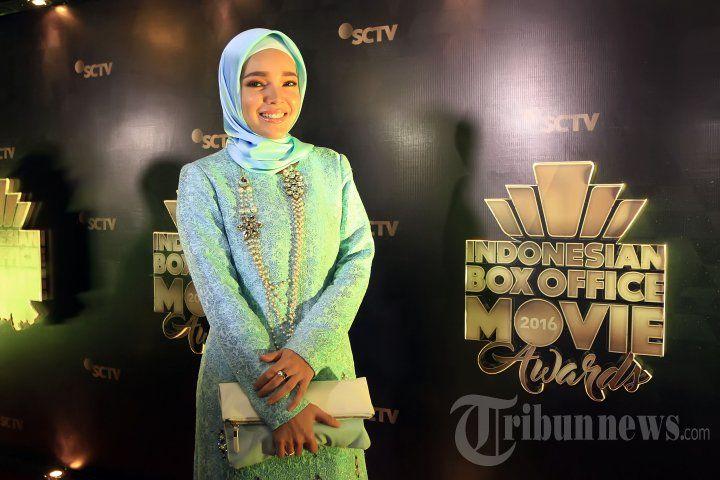 DEWI SANDRA - Penyanyi Dewi Sandra saat menghadiri acara Indonesia Box Office Movie Awards 2016 di Studio Emtek, Daan Mogot, Jakarta Barat, Kamis (17/3/2016) malam. Acara penghargaan bagi insan perfilman Indonesia yang pertama kali digelar oleh SCTV dengan 10 film box office yang dibagi menjadi 17 kategori nominasi. TRIBUNNEWS/JEPRIMA