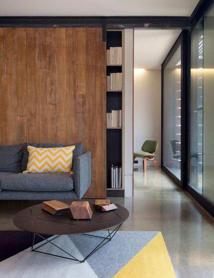 Шкафы-купе (50 фото): дизайн, модели, советы по установке http://happymodern.ru/shkafy-kupe-50-foto-dizajn-modeli-sovety-po-ustanovke/ Встроенный книжный шкаф в гостиной с деревянными дверцами
