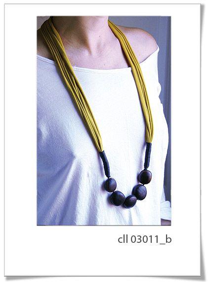 Collar Cll03011b  Precioso diseño, con inspiración Africana.     Está realizado a mano, con el mejor genero de algodón y colgantes de semillas.     Talla única.