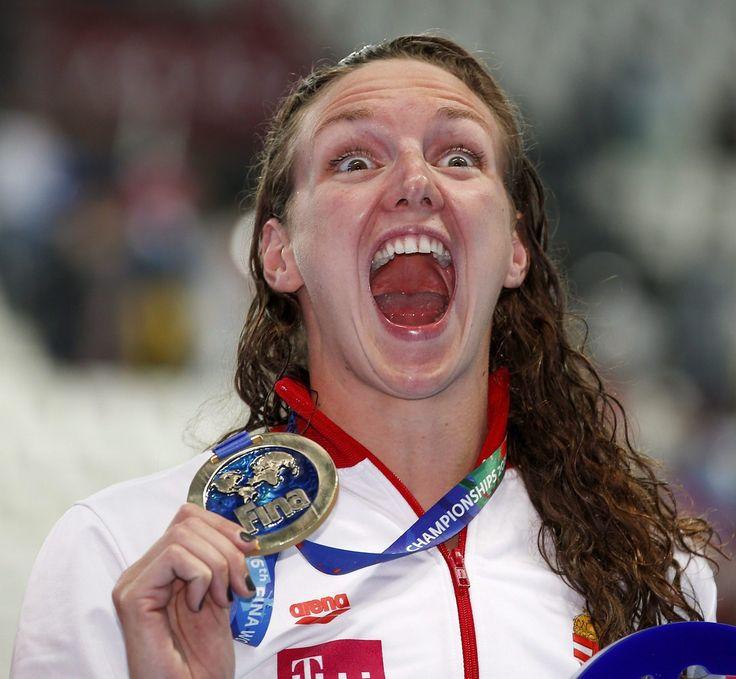 Hosszú Katinka az aranyéremmel, miután világcsúccsal győzött a kazanyi úszó-, vízilabda-, műugró- és műúszó-világbajnokság műúszóversenyének 200 méteres női vegyesúszásában 2015. augusztus 3-án.