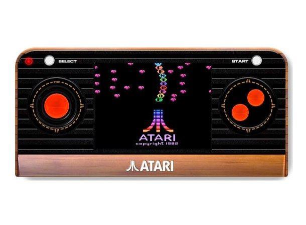"""Atari Retro Handheld Console er en håndholdt retrokonsoll som inkluderer 50 innebygde Atari-klassikere, inkludert Asteroids, Adventure, Breakout, Centipede, Missile Command, Millipede, Pong og Sword Quest!Klassisk, moderne design med udødelig """"tre"""" effekt50 innebygde spill2,4'' skjermA/V utgangResponsive knapperKrever AAA-batterier (medfølger ikke)Følgende spille er inkludert:3D Tic-Tac-Toe (31 in 1)AdventureAir-Sea BattleAsteroids Black Ja..."""