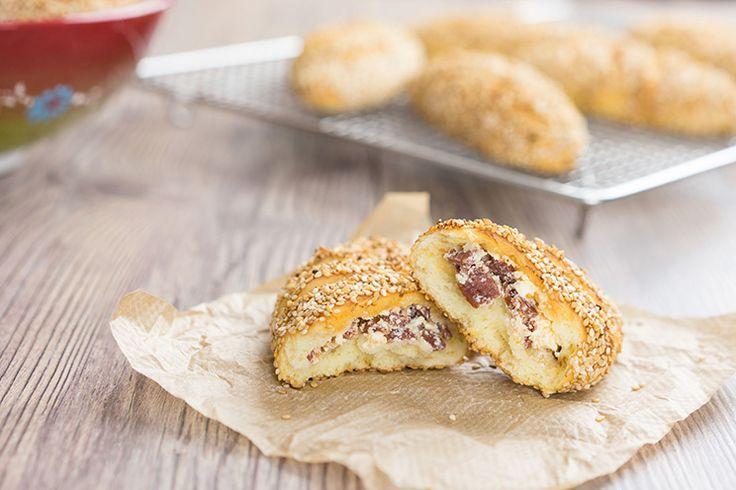 Türkische Sesambrötchen mit Sucuk-Käsefüllung - Peynirli Sucuklu Simit Pogaca