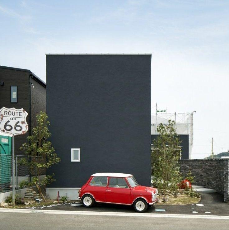 MODEL HOUSE OPEN和歌山ふじと台モデルハウスオープンPick up point 〉type: 2.5×5.5 + 離れ土間黒いハコと庭のコントラストが素敵な家真っ赤なMINIがよく映えます。道路面には、ほとんど窓の無いDS STYLEですが、外観からは想像できないほどの解放感あふれる