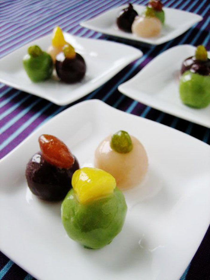 白こしあん、うぐいすあん、小倉こしあんを丸めて寒天液にくぐらせれば、つやつやコロンとした可愛らしいあんこ玉に。いろいろな甘納豆や栗の甘露煮をちょこんとのせて、カラフルなアレンジを楽しもう。ツルリとした食感や素朴な甘さに、きっとほっこりするはず。|『ELLE a table』はおしゃれで簡単なレシピが満載!