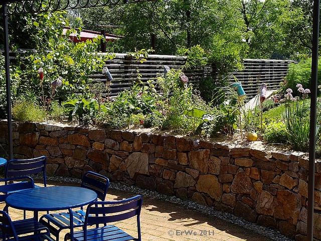 schmales hochbeet vor terrasse die garten tulln 39 natur. Black Bedroom Furniture Sets. Home Design Ideas