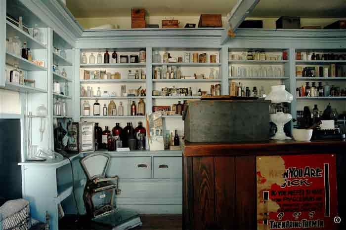 I Couldn T Resist This Vintage Colonial Dollhouse From The: Apothecary Http://www.ravensvoyage.com/images/1124