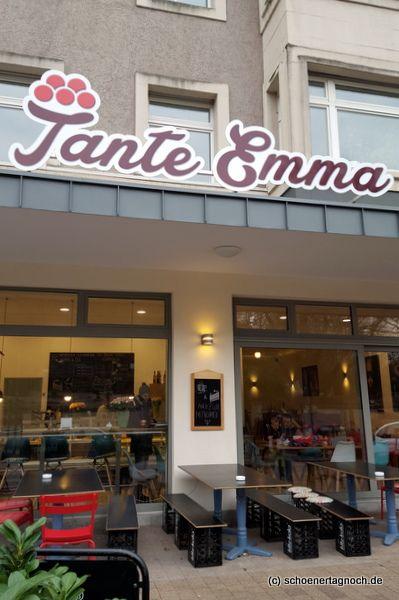 Im Tante Emma Café am Zoo in Karlsruhe gibt es eine täglich wechselnde Kuchentheke mit selbst gebackenen Kuchen (auch vegane Kuchen) und Mittagstisch mit Suppe, Quiche und Salaten.