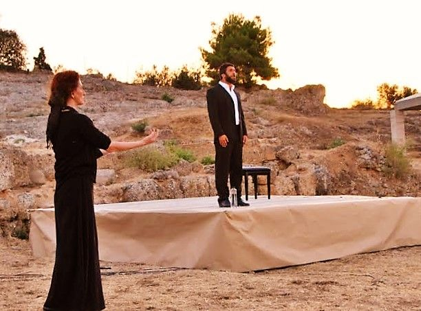 - aigeira.com / aigeira.gr /: Μαγευτική η παράσταση «Το αμάρτημα της μητρός μου» στο Αρχαίο Θέατρο Αιγείρας