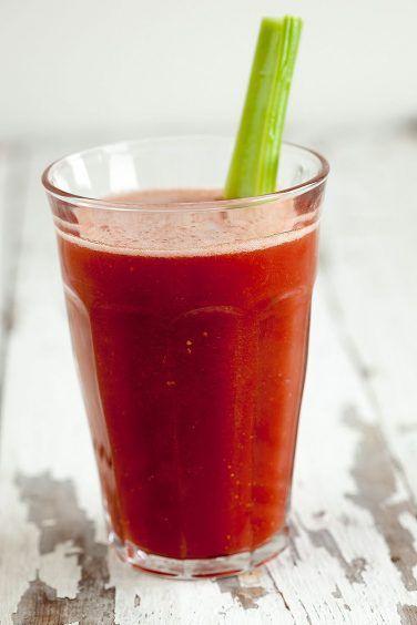 Tomaat bleekselderij basilicum smoothie