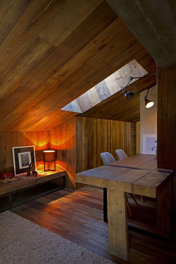 天窓のある低い勾配天井の下のワークスペース