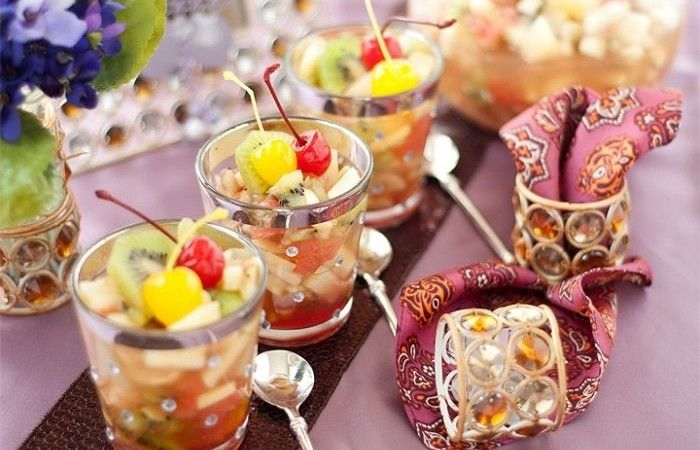 Фруктовый салат с консервированными ананасами http://mirpovara.ru/recept/2495-fruktovyj-salat-s-konservirovannymi-ananasami.html  Изысканный фруктовый салат с консервированными ананасами - легкий и быстрый в приготовлении десерт. ...  Ингредиенты:  • Ананасы консервированные - 500г. • Банан - 4шт. • Киви - 5шт. • Грейпфрут - 1шт. • Яблоки - 2шт.  Смотреть пошаговый рецепт с фото, на странице:  http://mirpovara.ru/recept/2495-fruktovyj-salat-s-konservirovannymi-ananasami.html