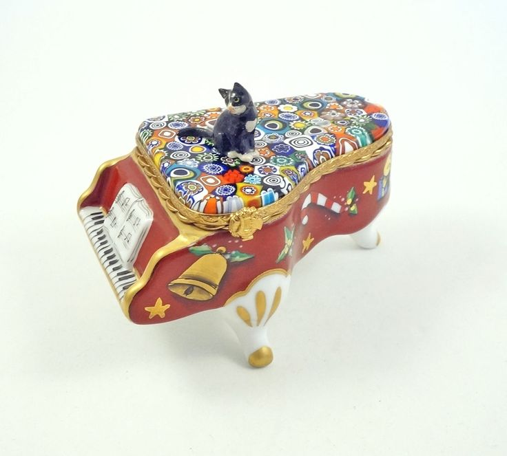 """FRENCH  LIMOGES BOX  BLACK CAT  ON RED  PORCELAIN  GRAND PIANO  WITH  MURANO MILLEFIORI  Italian ART GLASS TOP DECORATED WITH GOLD  Measures   4 """" L x  2 1/4 """" W.   """"Merry Christmas""""  is  painted inside.    is marked Limoges France,  Peint Main, numbered in the Limited Edition and signed by the artist. Comes gift boxed with a Certificate of Authenticity."""