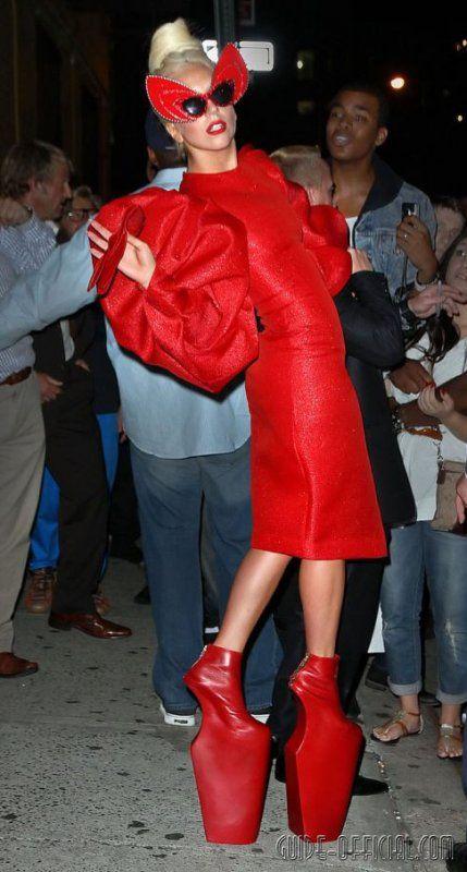 Леди Гага подогрела слухи о беременности платьем с животиком
