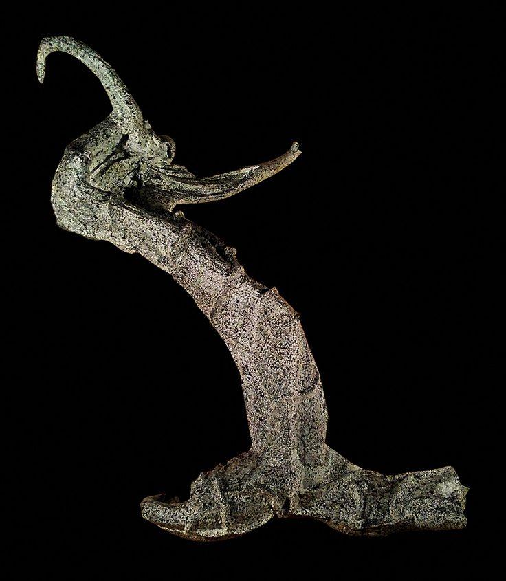 Lampada realizzata con legno di mare ed interventi in tecnica mista. Illuminazione con lampadina a led. Pezzo unico ed irripetibile. In vendita.