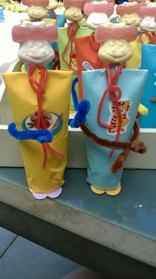 Poppetjes gemaakt van kleine tube douchefris voor kinderen ingepakt in papier onder aan tube voetjes van papier. Armen van pijpenragers,  drop veter als sjaaltje en snoepgezicht op cocktailprikker vast maken.