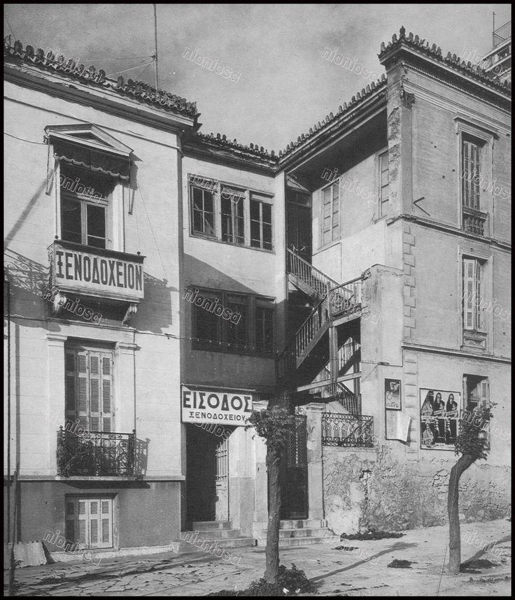 "https://flic.kr/p/CPCBdv | Το ξενοδοχείο ""Κρήτη"" στην οδό Αγγέλου Μεταξά αριθ. 11 (σήμερα στεγάζει το Καφέ – Εστιατόριο ""Belle Amie) και δίπλα στον αριθ. 13 οικία κατεδαφισμένη, στη θέση της σήμερα η πολυκατοικία  που στεγάζει την καφετέρεια Fontana. Φωτογραφία: Δημήτρης Παπαδήμος."
