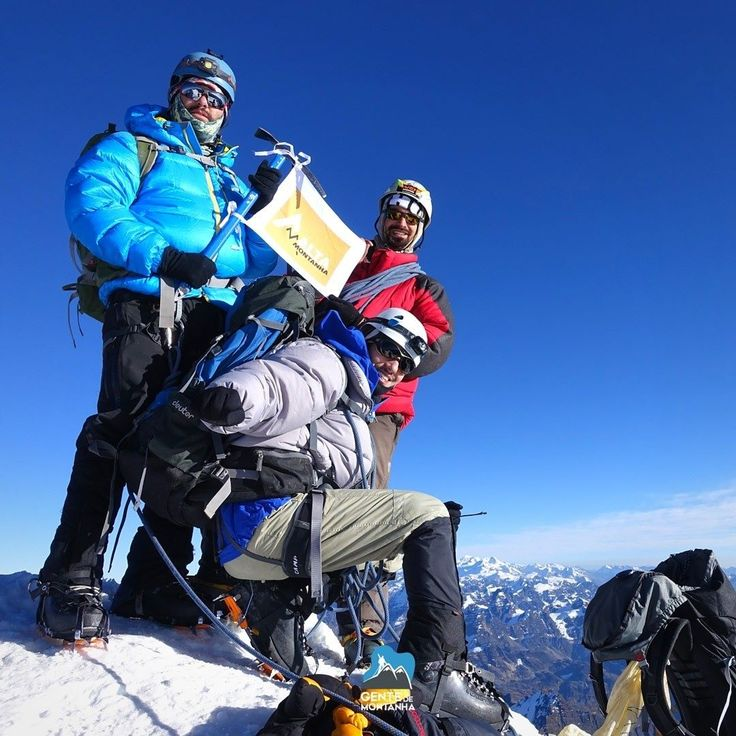 Parte da Galera no Cume em 2015 - 16 brasileiros fazem cume no Huayna Potosi num único dia ! A equipe de alunos que fazia parte de um curso de escalada e gelo e alta montanha promovido pela empresa @Gentedemontanhaoficial do montanhista @MaximoKausch um dos mais experientes guias de montanha da atualidade. É a sexta turma deste curso de escalada em gelo e a que teve melhor aproveitamento. No total haviam 19 alunos tentando cume 15 chegaram ao topo 1 deles era o guia de montanha @PedroHauck…
