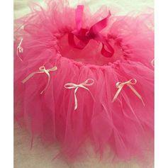 子どもの記念日や結婚式、発表会やハロウィンの仮装の衣装にバレリーナの代表的なスカート衣装、「チュチュ」を手作りしてみませんか。女の子らしく華やかな印象のチュチュが、なんと水切りネットで作れるんです!しかも、作り方はとっても簡単。水切りネットで作っただなんて、信じられないくらいのオシャレさです。可愛いお子さんのために、愛らしいチュチュを作ってみましましょう♪ この記事の目次 話題の水切りネットのスカート 水切りネットスカートの作り方 動画をご紹介 完成! 着るとこんな風になりますよ♪ アレンジアイデアもたくさん! その1:たくさん使って、ボリュームアップ その2:異なるタイプの素材と色を組みわせる その3:お花でプリンセス気分 その4:ハロウィンにぴったり その5:結んでオリジナルデザインに その6:雪の結晶でアナ雪気分 その7:ヘアターバンに結びつけて その8:チュールを使って長い丈のものも その9:素材を変えて こんな使い方も 手作りで可愛く着飾る♪ 話題の水切りネットのスカートフリフリのスカート「チュチュ」は女の子の夢。…