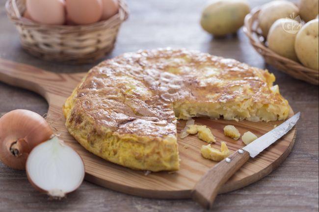 La tortilla de patatas, o frittata di patate, è una piatto simbolo della cultura gastronomica spagnola, con patate fritte, cipolle e uova sbattute.