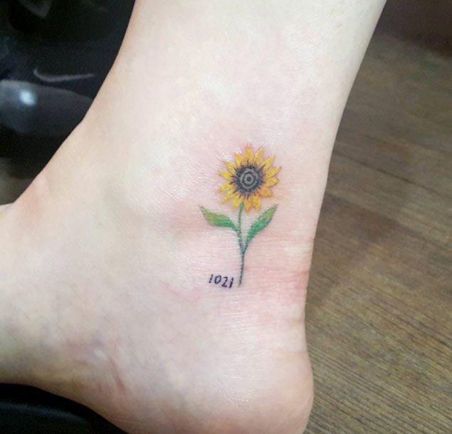 Girasol tobillo tatuaje por Cheahwa