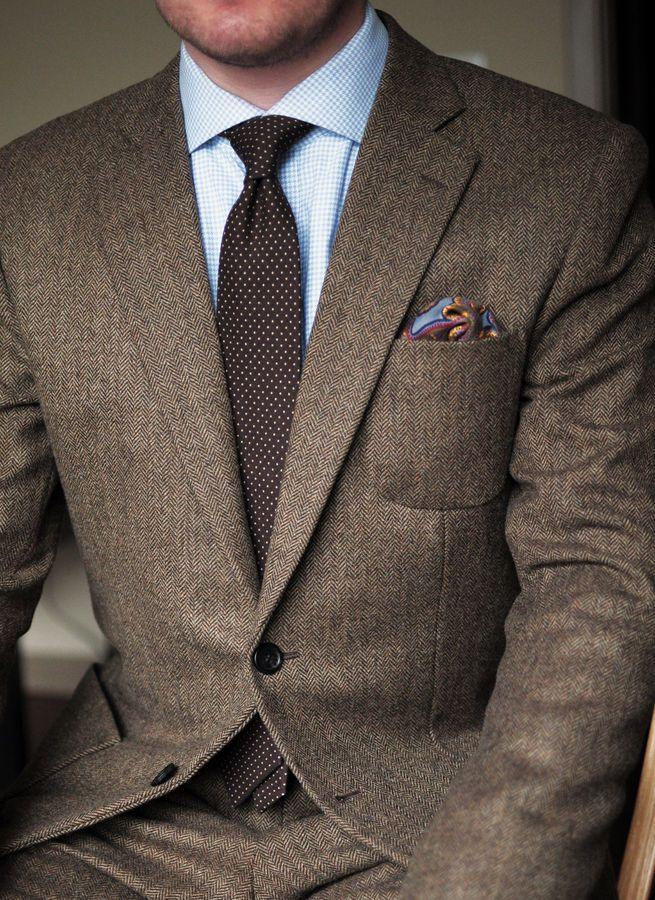 ESTILO TRADICIONAL. Diseño sencillo y clásico, con pocos detalles y nada que llame la atención. Colores neutros y sobrios y los materiales firmes y durables. No se dejan guiar por las estridencias de la moda. Son hombres a los que les cuesta cambiar su aspecto físico y tienden a usar el mismo corte de cabello por años; lo usan corto y preferentemente de raya al lado y muy bien controlado. Apariencia seria.